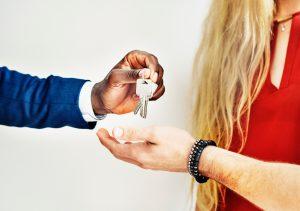 remise de clés entre plusieurs personnes