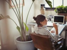 Jeune femme qui travaille dans son garage aménagé en bureau personnel